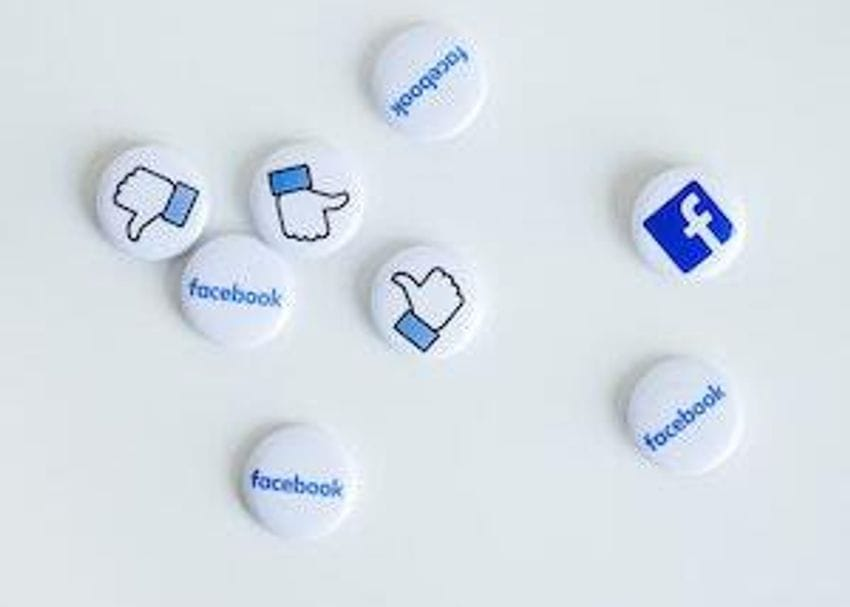 Facebook threatens to block news sharing