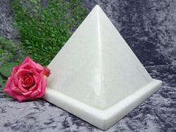 Pyramid Urn white small 03