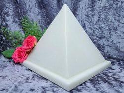 Pyramid Urn white medium 02