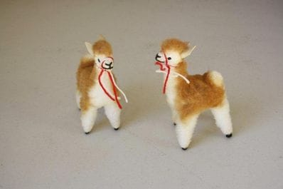 Small vicunas (standing)