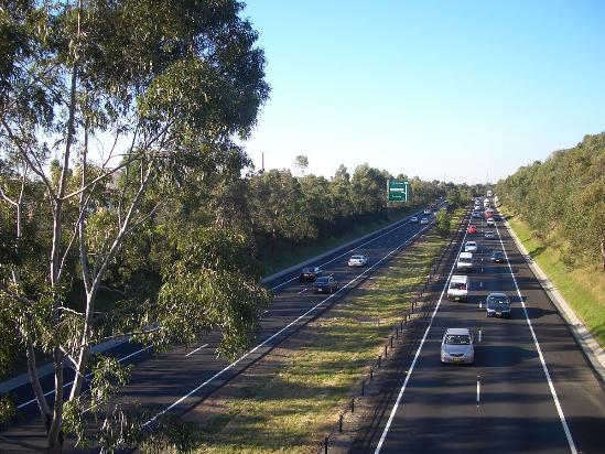 https://upload.wikimedia.org/wikipedia/commons/thumb/d/d5/Sydney_M5_Motorway.JPG/1200px-Sydney_M5_Motorway.JPG