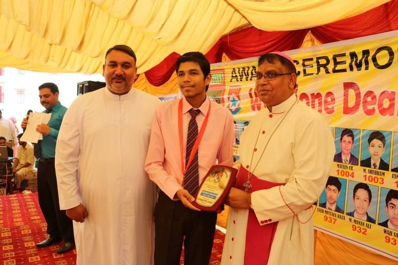 Bishop of Faisalabad presents awards to Lasallian scholars