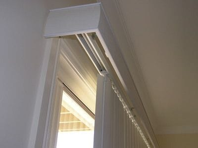 Vertical blind with linear pelmet over top