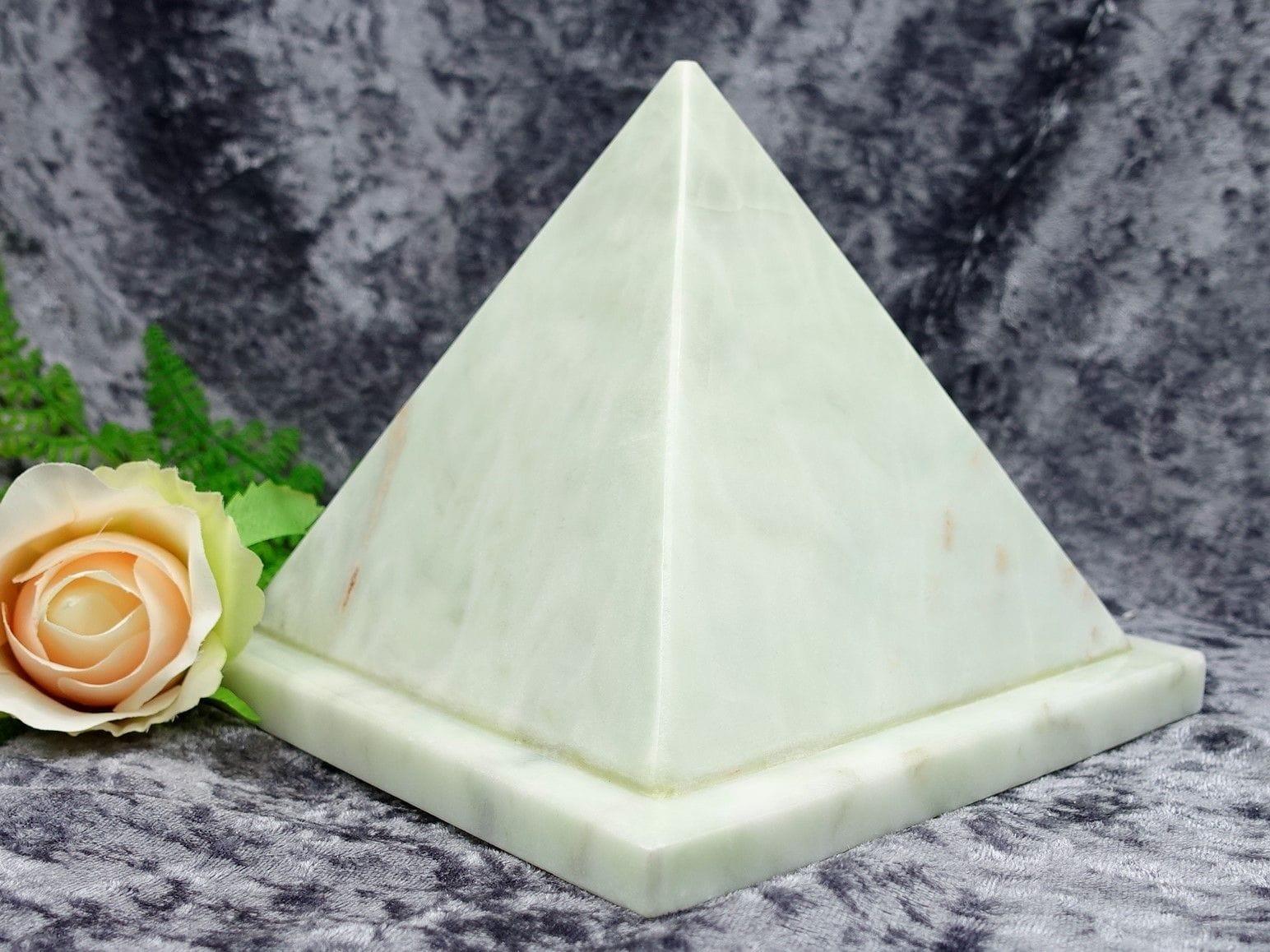 Pyramid Urn jade small 02