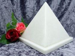 Pyramid Urn white medium 03