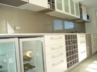 Beige Toughened Glass splashback adds warmth to the kitchen. Byron Bay